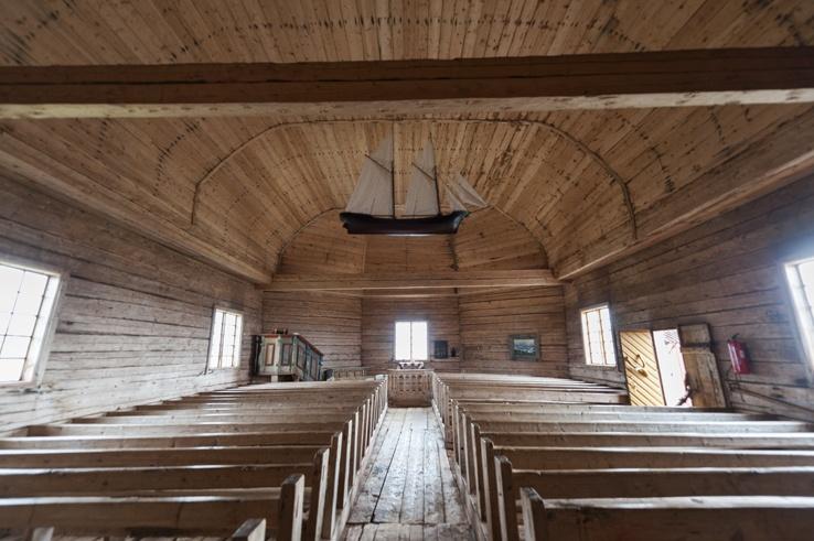 Maakalla island church inside