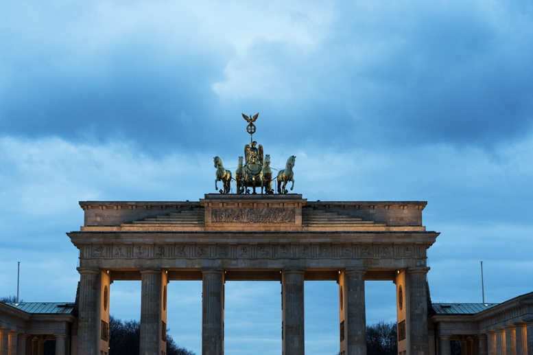 brandenburg gate berlin night