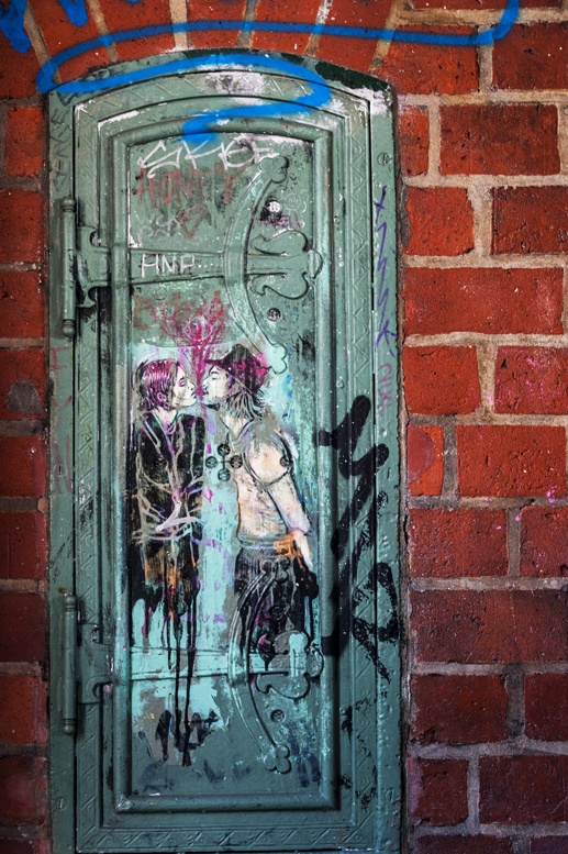 berlin street art kiss