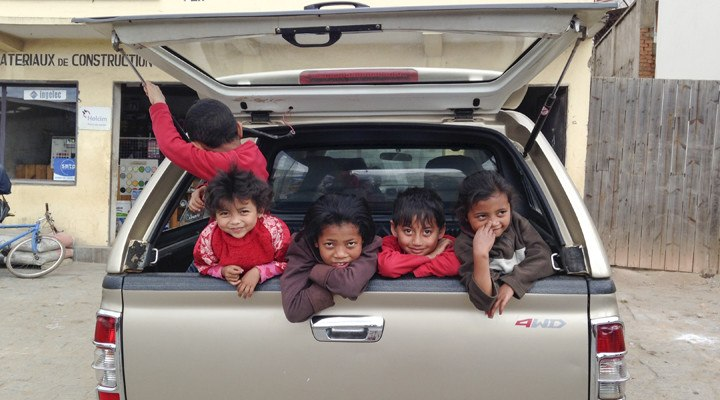 madagascar children in car