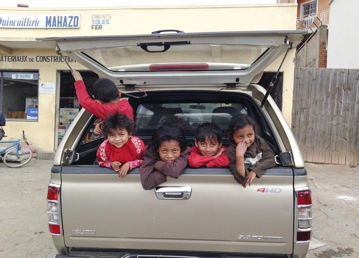 madagascar children in car