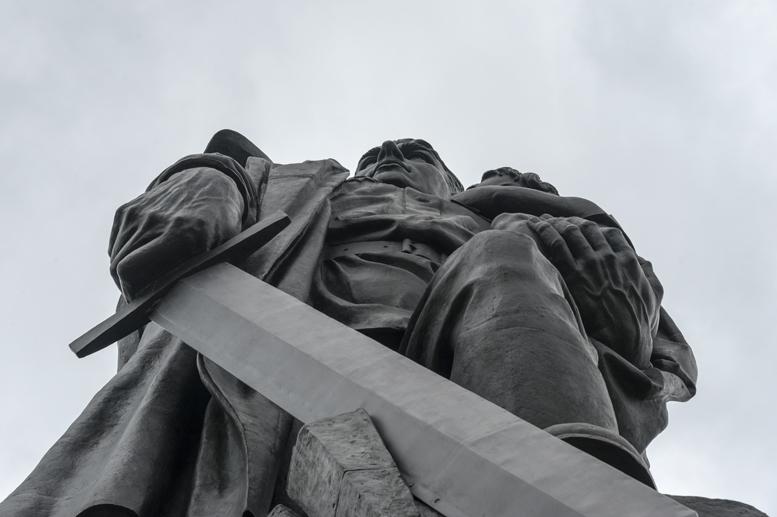 treptow park statue soviet soldier