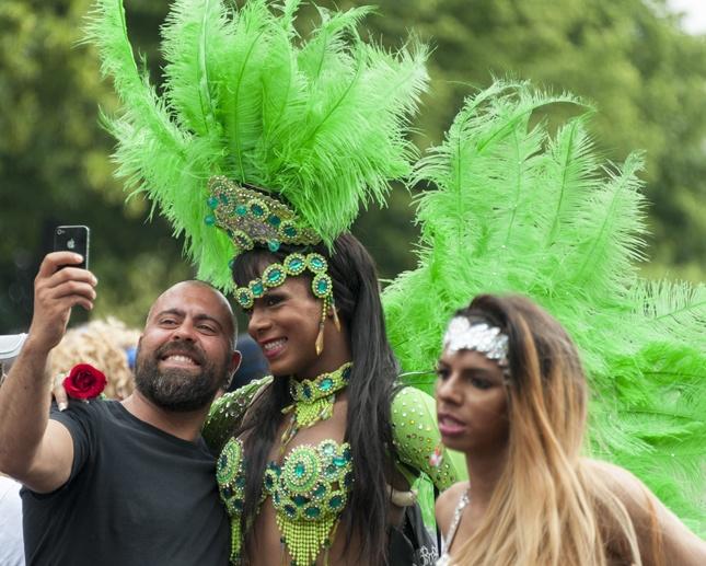 berlin pride Brazilian dancers selfie