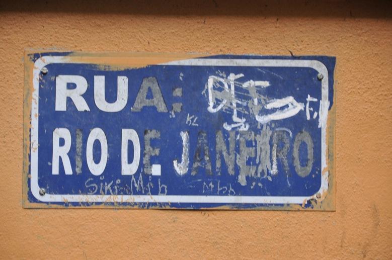 favela rocinha rio street sign