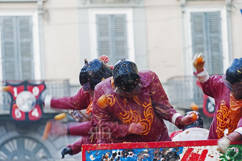 ivrea carnival oranges hit