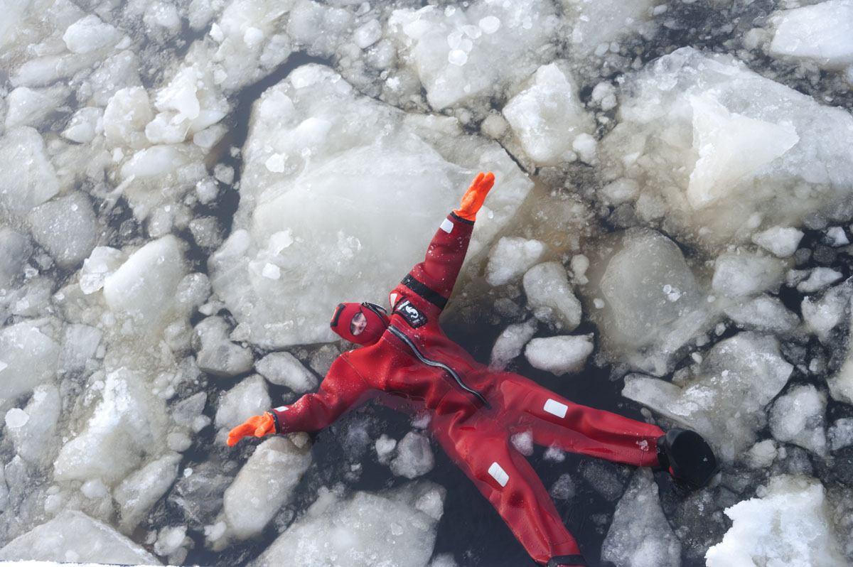 icebreaker sampo ice swimming red