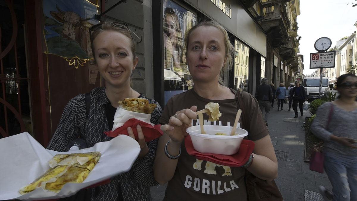 chinese dumplings ravioleria sarpi eating