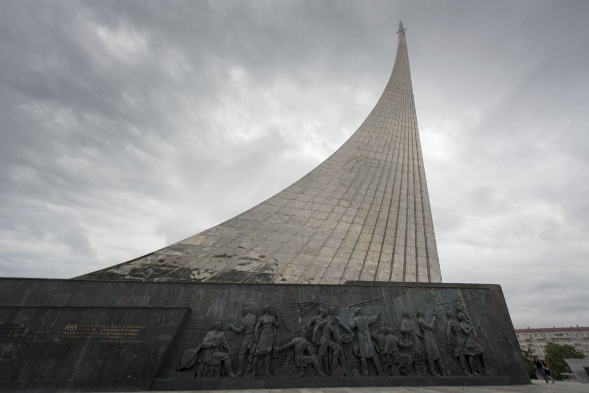 moscow-cosmonaut-monument-side