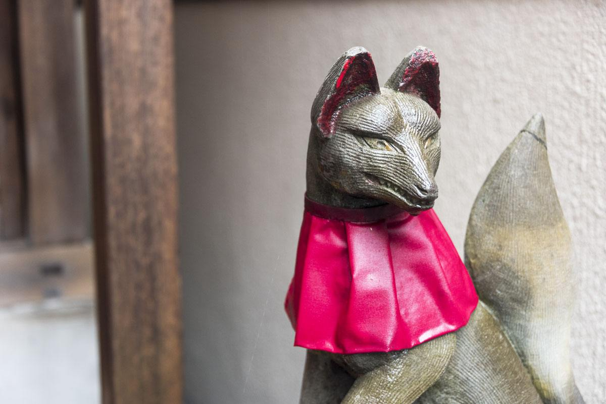 Tokyo sunamachi street inari statue