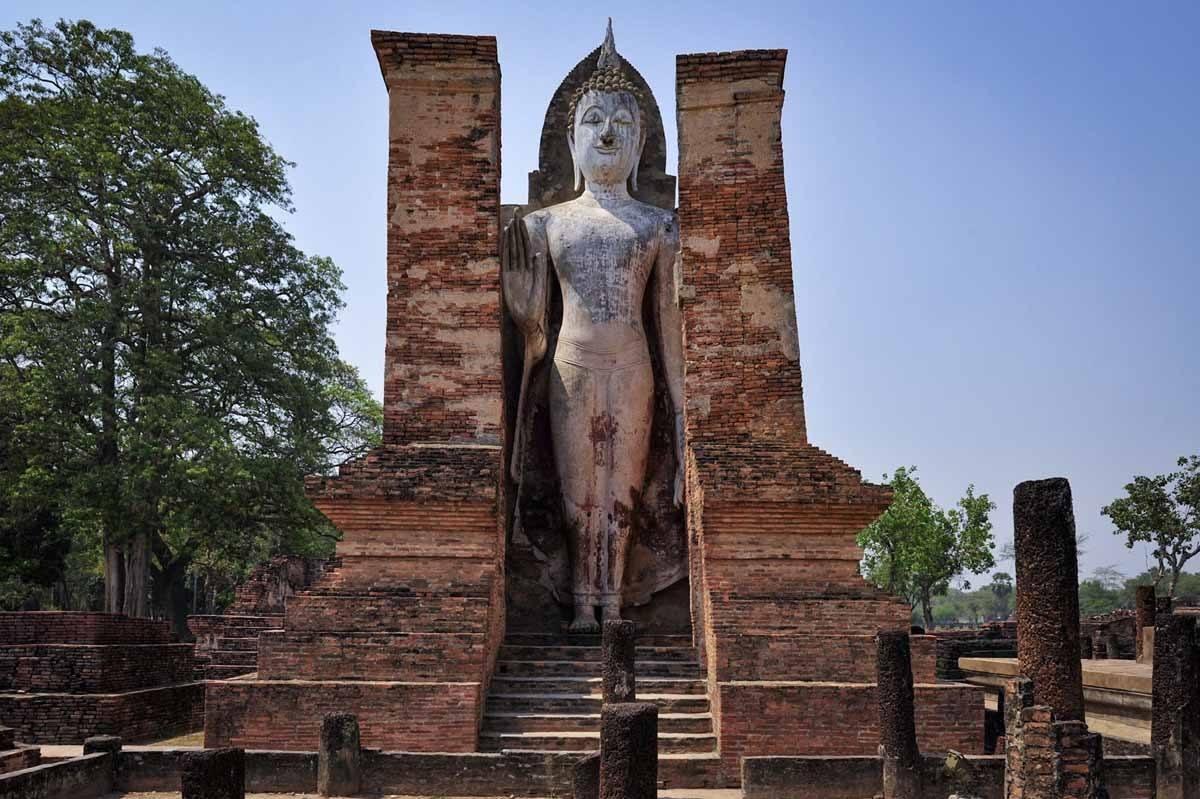 Bouddha se dresse sukhothai